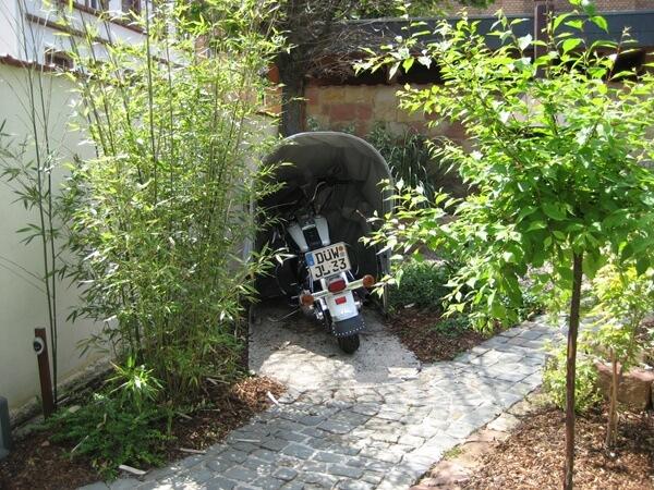 Motorradgarage von vorne geöffnet